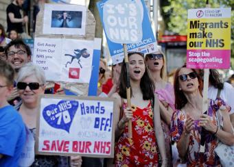 Юбилей NHS отметили многотысячным маршем протеста в Лондоне