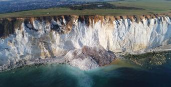 Часть скалы весом 50 тысяч тонн рухнула на пляж в Сассексе