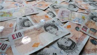 Британцам нужно срочно потратить двести миллионов десятифунтовых банкнот