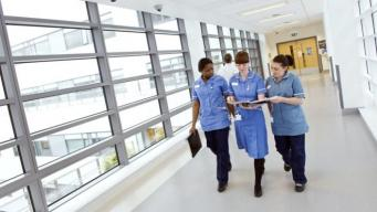 Кадровый голод в системе NHS приближается к ста тысячам работников фото:bbc
