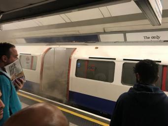 Эвакуация на Oxford Circus: Два человека в больнице из-за задымления в поезде фото:independent