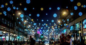 В Лондоне показали варианты новой рождественской иллюминации Оксфорд-стрит