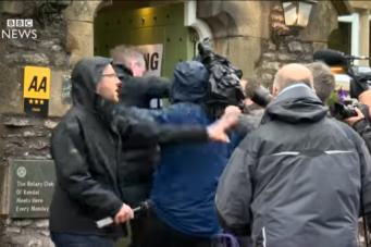 Журналисты подрались на избирательном участке в Камбрии