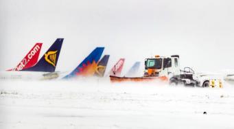 Снегопад в Великобритании в пятницу задержал более тысячи авиарейсов