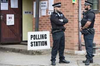 Голосование на выборах в Великобритании проходит под усиленным надзором полиции