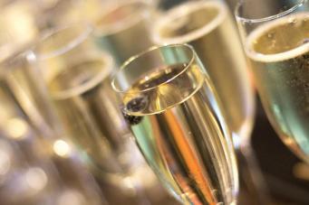 Lidl в Великобритании предлагает отметить последний уикенд лета дешевым игристым вином фото:independent