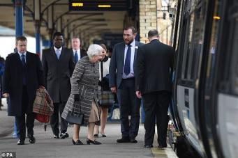 Королева Елизавета II вернулась с каникул в Лондон