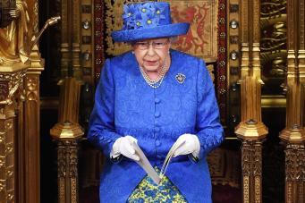 На церемонии Тронной речи королева подала негласный знак Евросоюзу