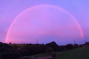 Невероятная розовая радуга замечена на западе Англии фото:standard.co.uk