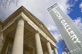 Галерея Саатчи выставила на суд зрителей скульптуру из вороньих перьев фото:standard.co.uk