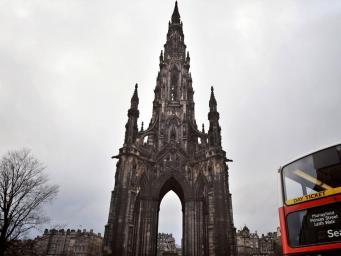 В Эдинбурге женщина погибла при падении с Монумента Скотта