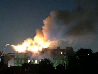 Пожар в элитном жилом доме разгорелся на северо-западе Лондона