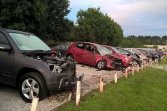 Автомобиль столкнулся с двадцатью двумя машинами на парковке в Корнуолле фото:dailymail