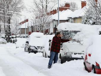 Полиция Англии будет штрафовать водителей за неочищенные от снега машины