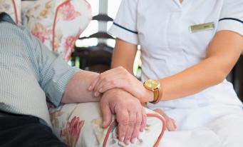 Пожилые британцы должны продать свои дома для оплаты медицинских услуг
