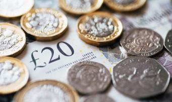 Притормозившая инфляция давит на курс фунта стерлингов