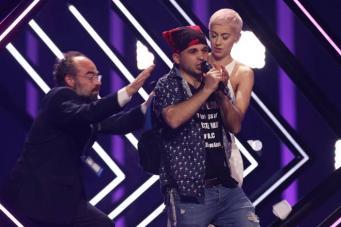 На «Евровидении» у британской певицы отобрали микрофон