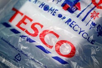Tesco откажется от пятипенсовых пакетов для покупок фото:standard.co.uk