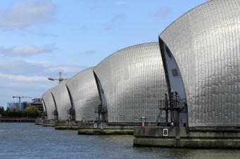 Thames Barrier был закрыт из-за угрозы наводнения в Лондоне