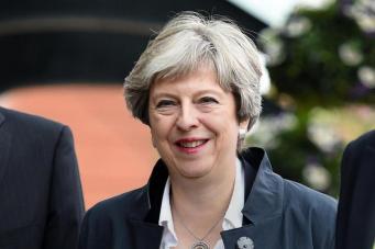 Тереза Мэй пообещала заморозить индексацию платы за обучение в вузах фото:standard.co.uk