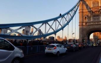 Экстремал забрался на опорную конструкцию Тауэрского моста фото:youtube
