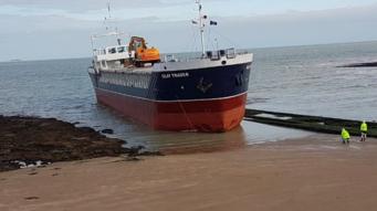 Грузовой корабль сел на мель в Маргите фото:itv