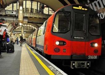 Поздние пассажиры лондонского метро стали свидетелями спонтанной вечеринки в вагоне фото:FACT