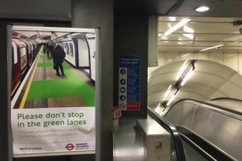 На загруженной станции лондонского метро появились «зеленые коридоры» фото:standard.co.uk