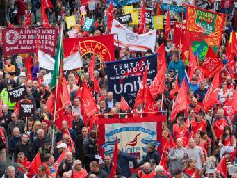 Марш протеста против бюджетных сокращений собрал десятки тысяч человек в Лондоне