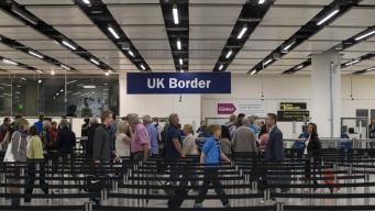 Соискатели британской визы будут платить сбор за ответ миграционной службы фото:bbc