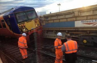 Поезд сошел с рельсов на вокзале Ватерлоо фото:twitter