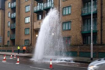 Коммунальный «гейзер» взорвал асфальт у Вестминстерского моста