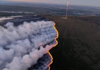 В Ланкашире объявлена чрезвычайная ситуация из-за соединения двух степных пожаров