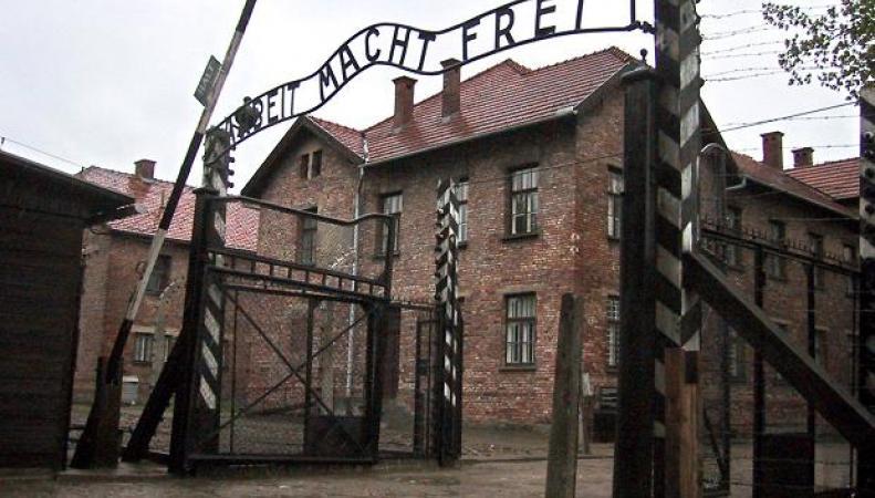 ворота лагеря Освенцим
