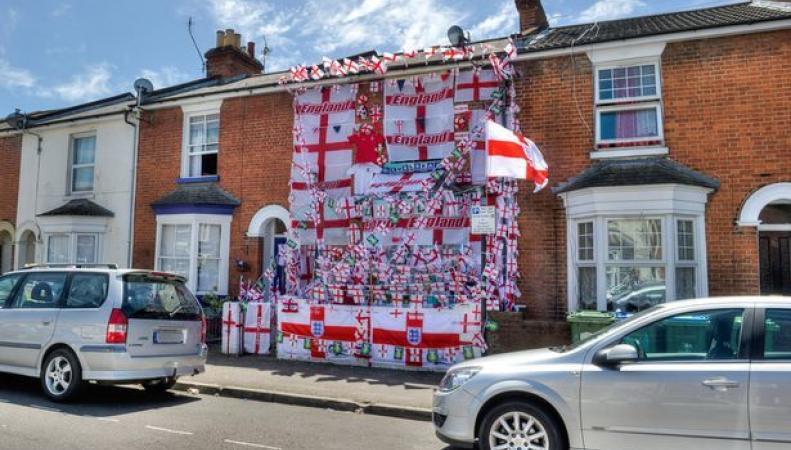 Фанат сборной Англии повесил 300 флагов и футболок с символикой команды на свой дом
