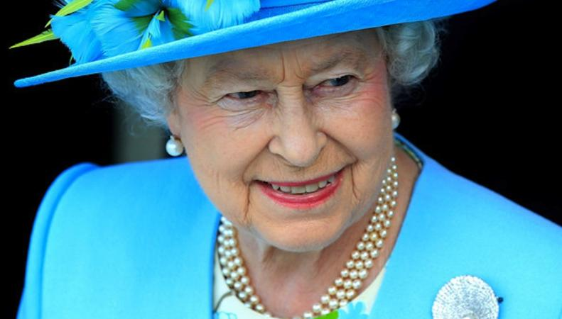 Королева Елизавета II дала свое имя крупнейшему британскому авианосцу