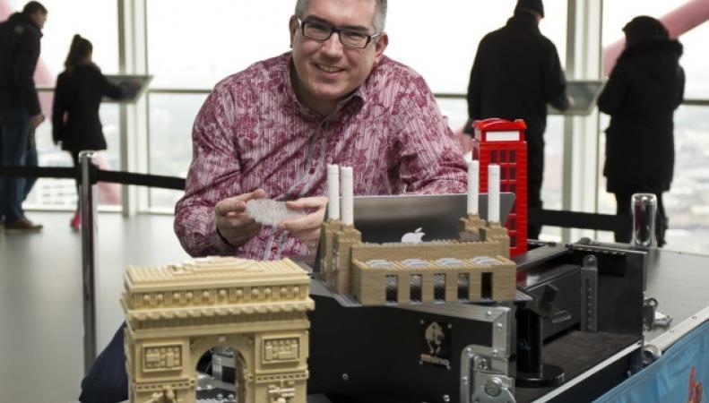 Уоррен Элсмор строитель из Lego