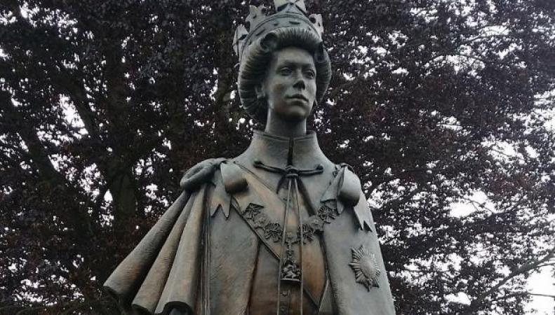 статуя Елизаветы II в Раннимиде