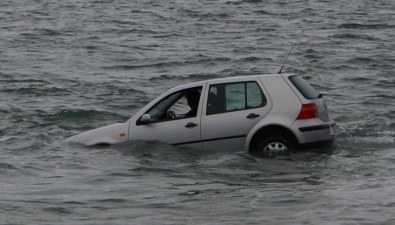 В  Дорсете пенсионерка хотела покончить с собой, утонув в собственной машине