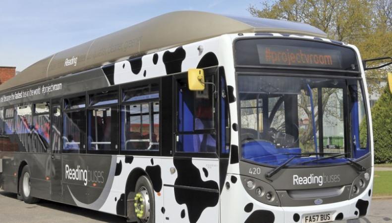 В Британии автобус, работающий на коровьем навозе, установил рекорд скорости