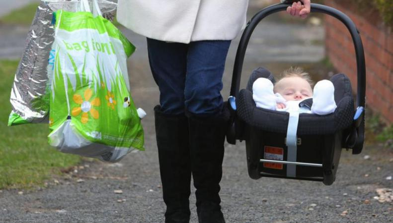 женщина с ребенком в автолюльке