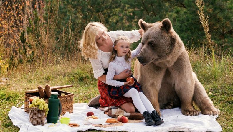 Фотосессия русской семьи в обнимку с медведем поразила британцев