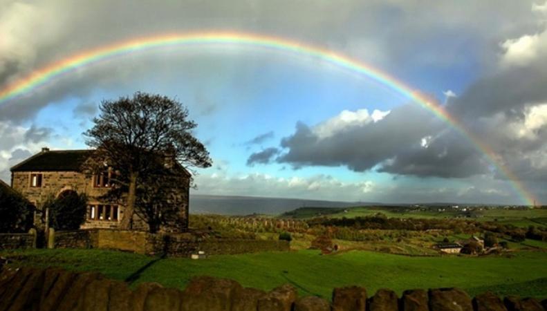 В Великобритании фотографировавший радугу музыкант снял НЛО