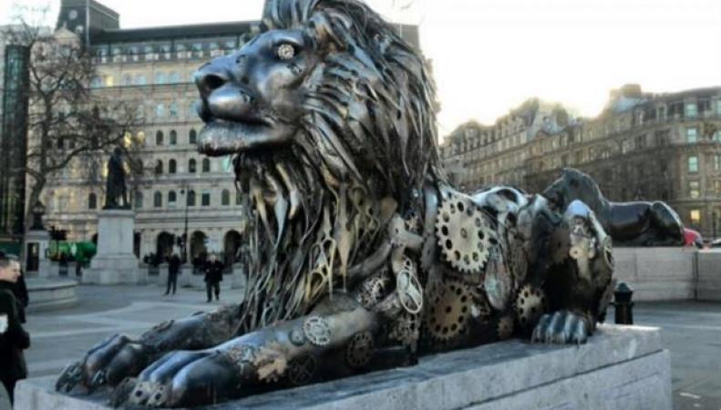 clockwork lion на Трафальгарской площади