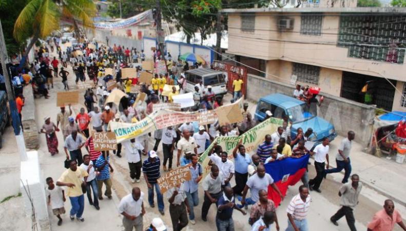 На Гаити жители требуют отставки президента и правительства