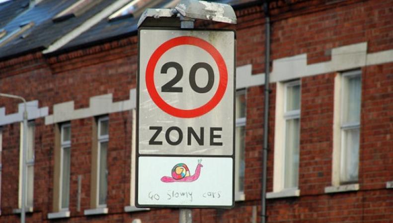 Знак - ограничение скорости 20 миль/час