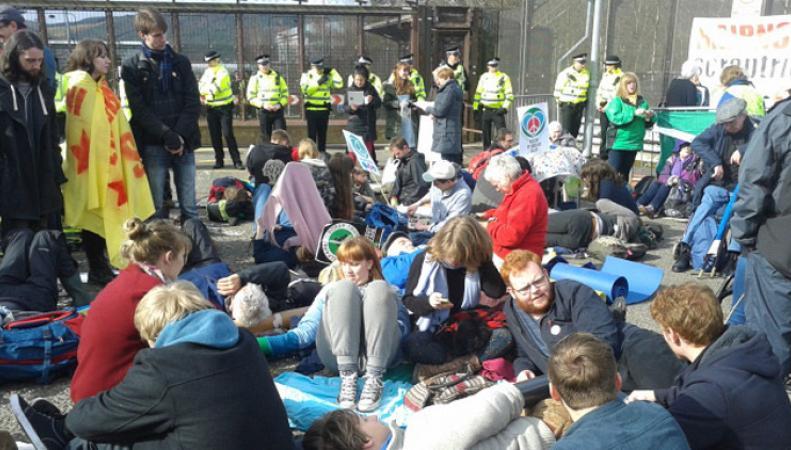 Протестующие у военной базы в Клайде
