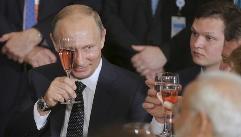Британские политики испугались, что их заставят пить за Путина
