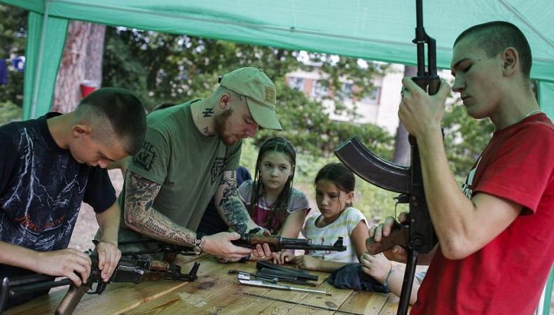 """фото обучения детей стрельбе батальоном """"Азов"""""""