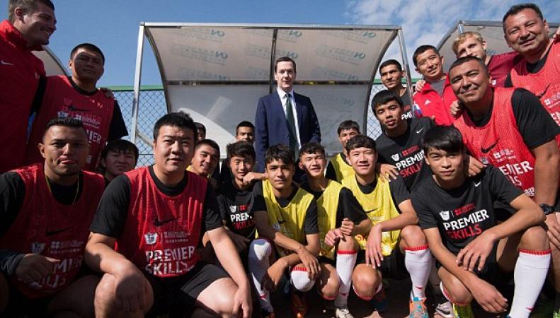 Джордж Осборн и китайские футболисты